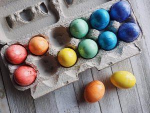 barvanje pirhov z naravnimi barvami